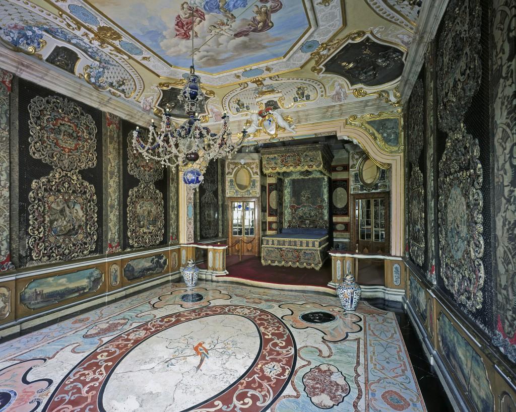 Raum 109 im Appartement des Erbprinzen Ludwig Georg, mit Scagliola-Fu§boden. Stickbilder an WŠnden und Prunkbett