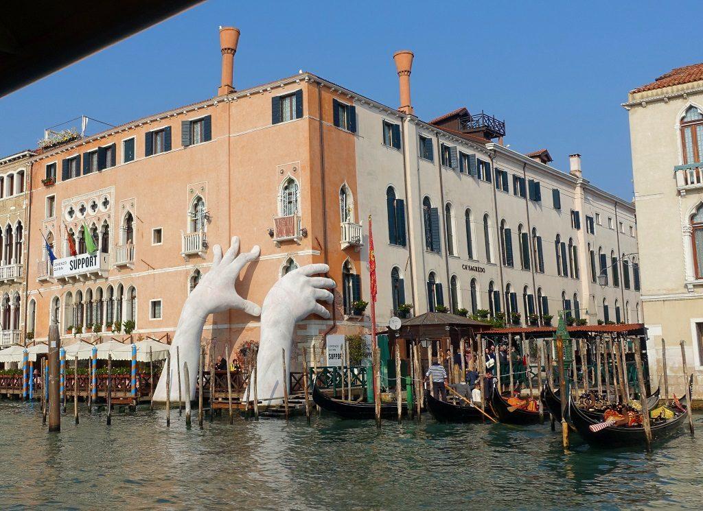 Lorenzo Quinn Biennale in Venedig