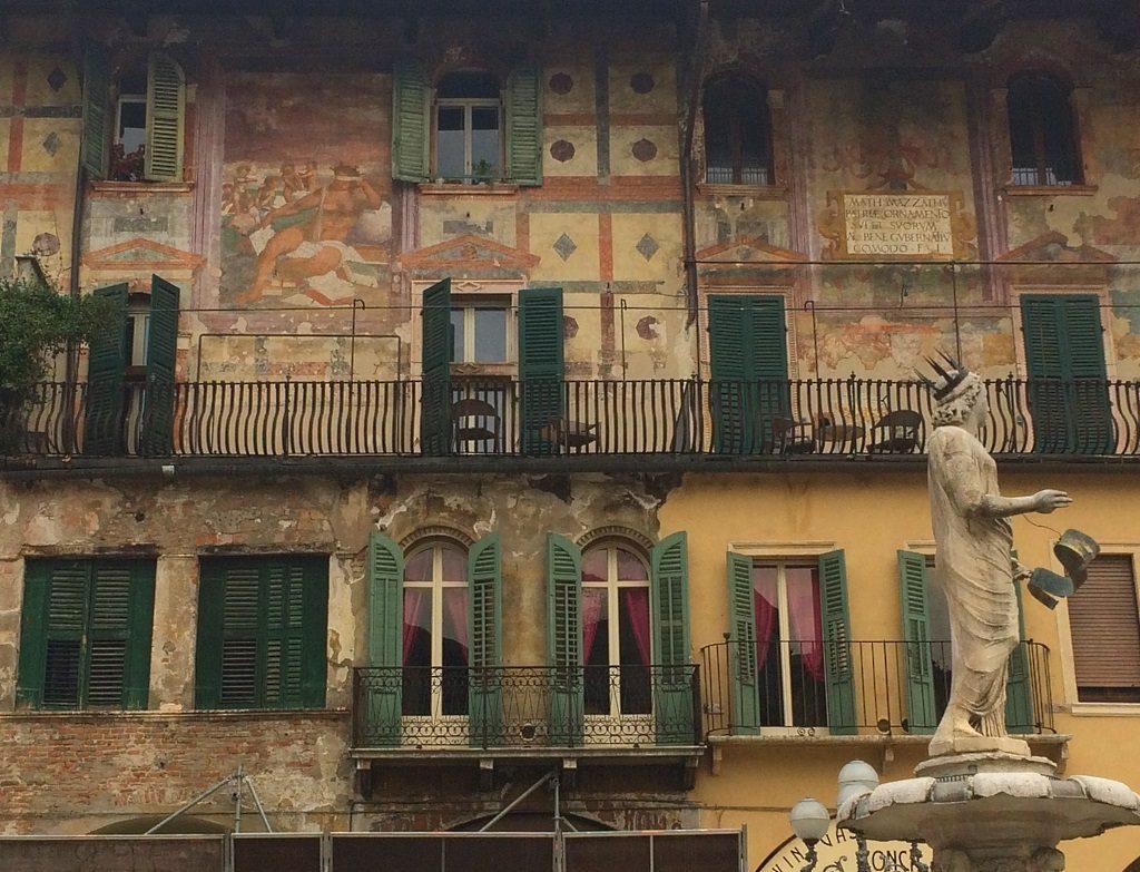 Verona, Italia: Piazza delle Erbe, Madonna