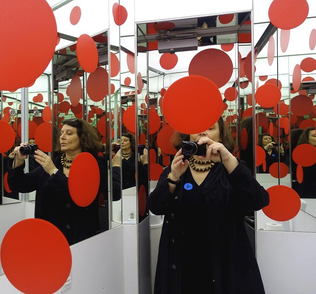 Punkteselfie im Yayoi Kusama Museum Tokio